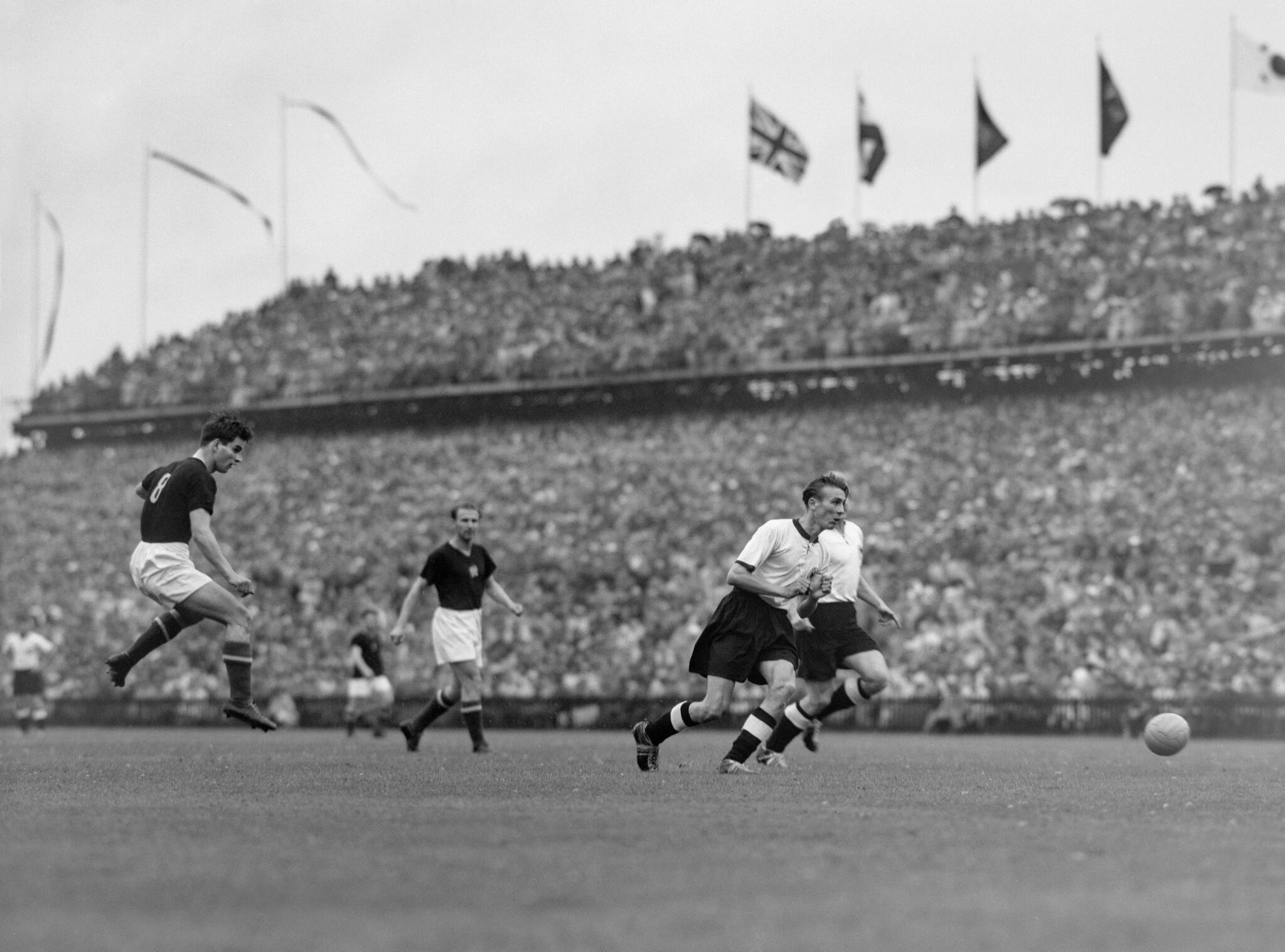 Bild zu WM 1954, Endspiel, Finale, Bern, Sandor Kocsis, Horst Eckel, Schuss, Deutschland, Ungarn
