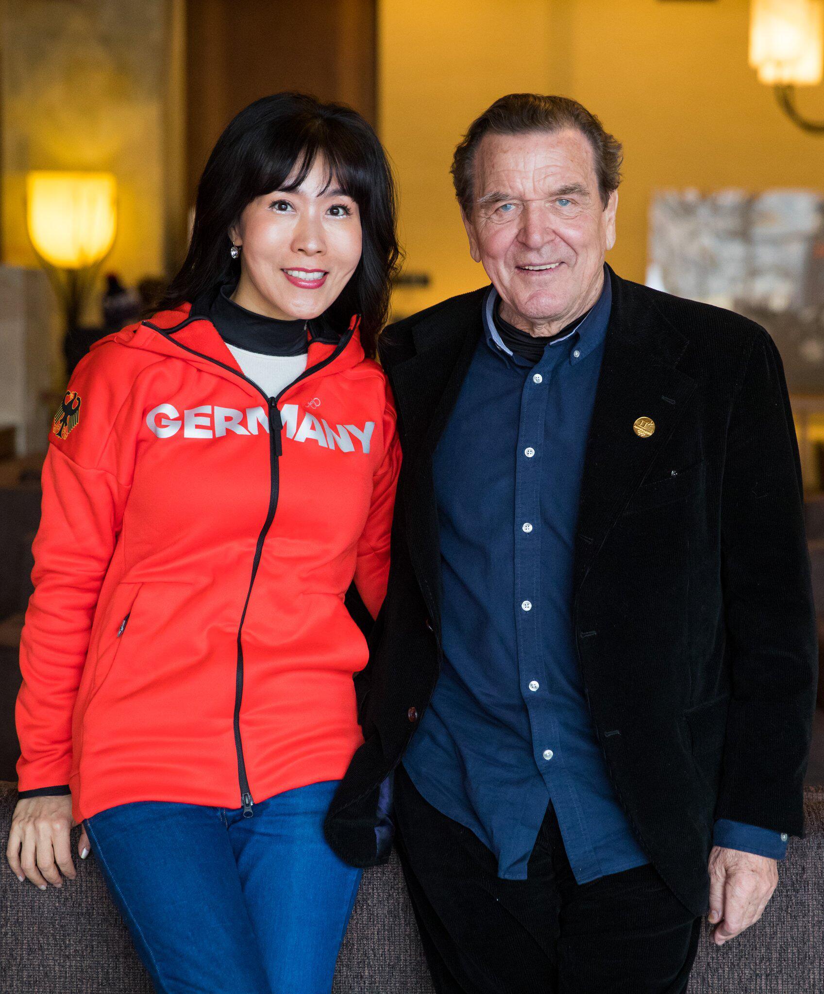 Bild zu Gerhard Schröder mit Lebensgefährtin