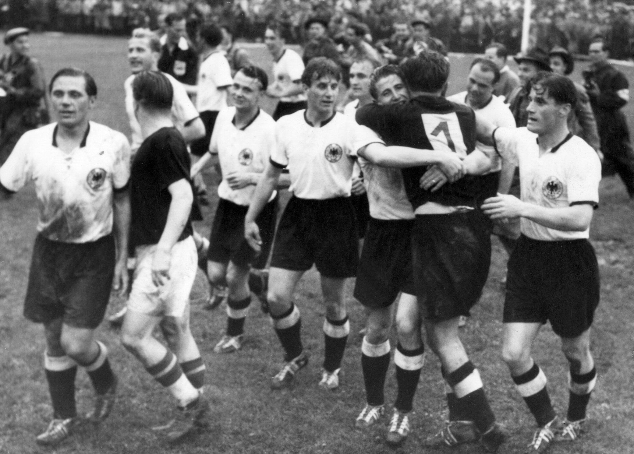 Bild zu WM 1954, Bern, Schweiz, Deutschland, Ungarn, Endspiel, Bern, Helmut Rahn, Ferenc Puskas, Toni Turek
