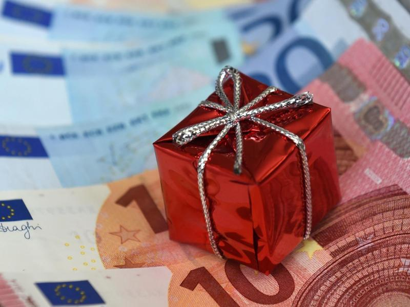 Bild zu Geldscheine und kleines Paket