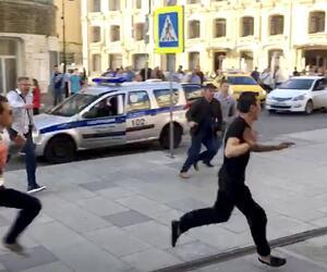 Taxifahrer fährt Passanten in Moskau an