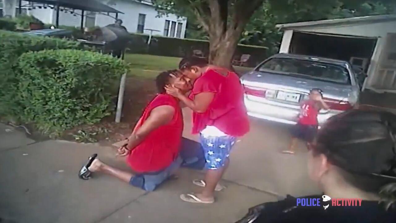 Bild zu Mann hält während Festnahme um die Hand seiner Freundin an
