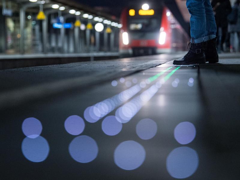 Bild zu Leuchtende Bahnsteigkante