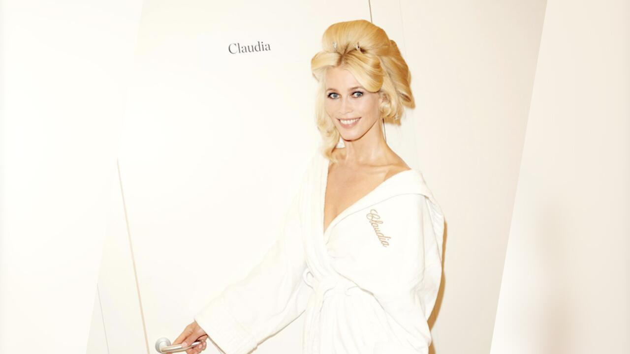 Bild zu Claudia Schiffer im Bademantel bringt Fans zum Ausrasten