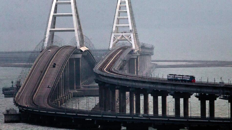 Putin gibt umstrittene Krim-Brücke für Zugverkehr frei