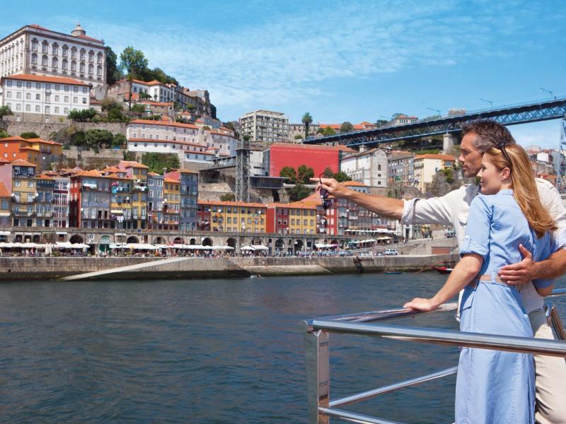 Bild zu Ausblick vom Schiff auf eine Stadt