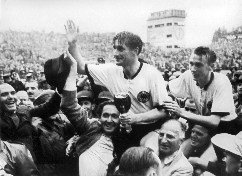 Bild zu WM 1954, Bern, Schweiz, Deutschland, Ungarn, Endspiel, Bern, Feier, Fritz Walter, Horst Eckel