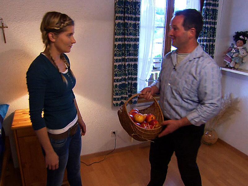 Bild zu Paulina bereitet das Zimmer vor, Philipp die Äpfel.