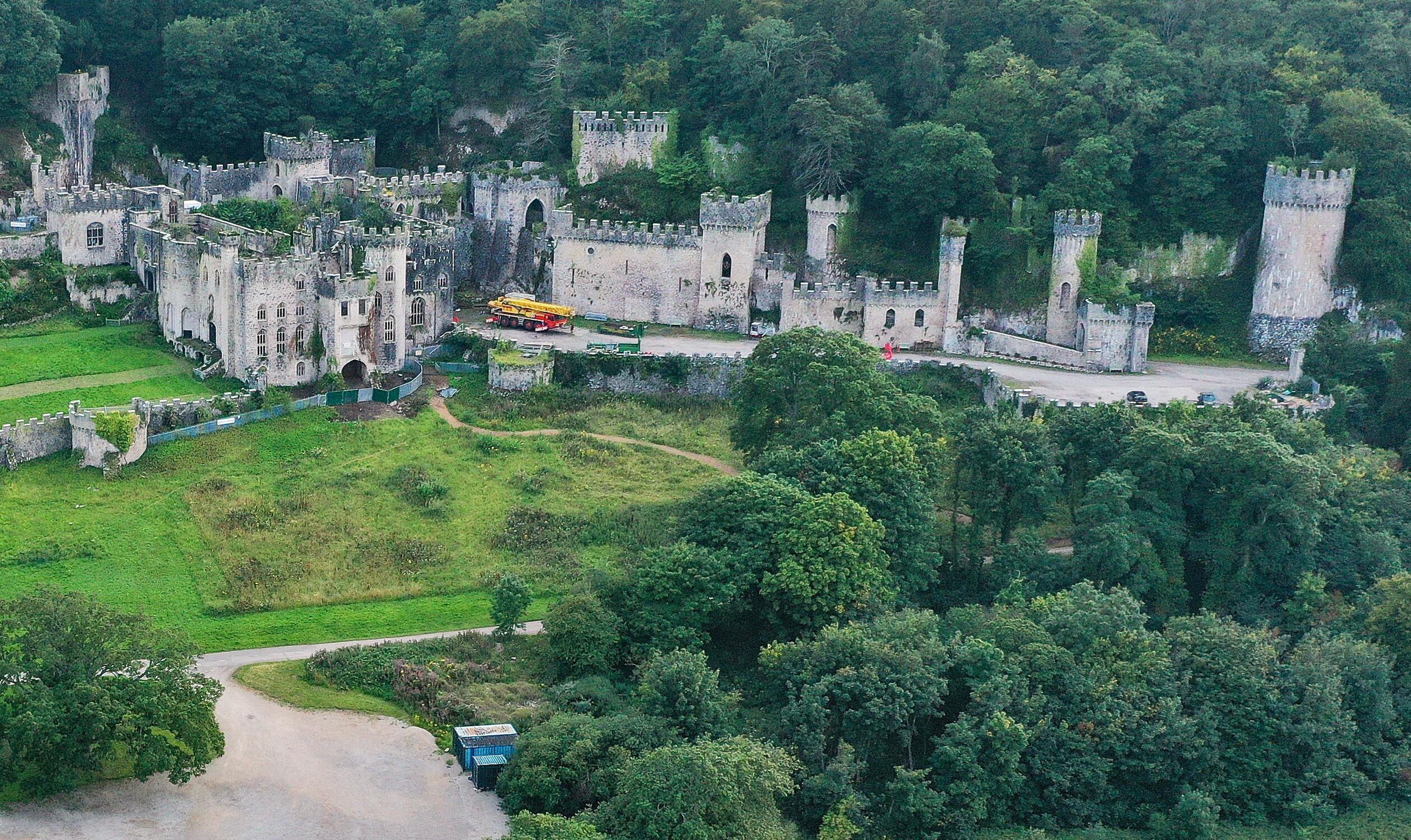 """Bild zu Die Ruinen des """"Castle Gwyrch"""" sind Schauort der britischen Ausgabe des Dschungelcamps 2021."""