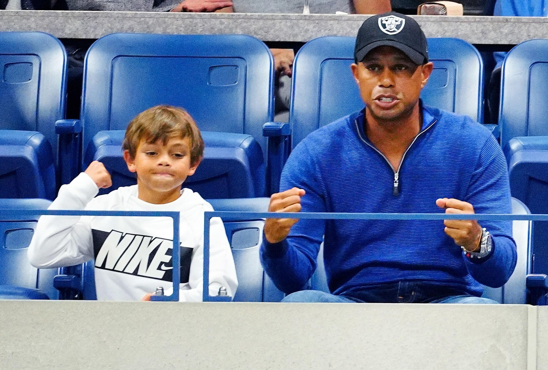 Bild zu Charlie (l.) und Tiger Woods. Der Sohn soll bald gegen seinen Vater golfen.