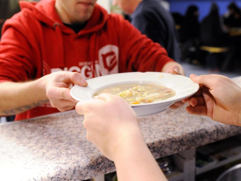 Bild zu Ein Obdachloser bekommt eine Suppe