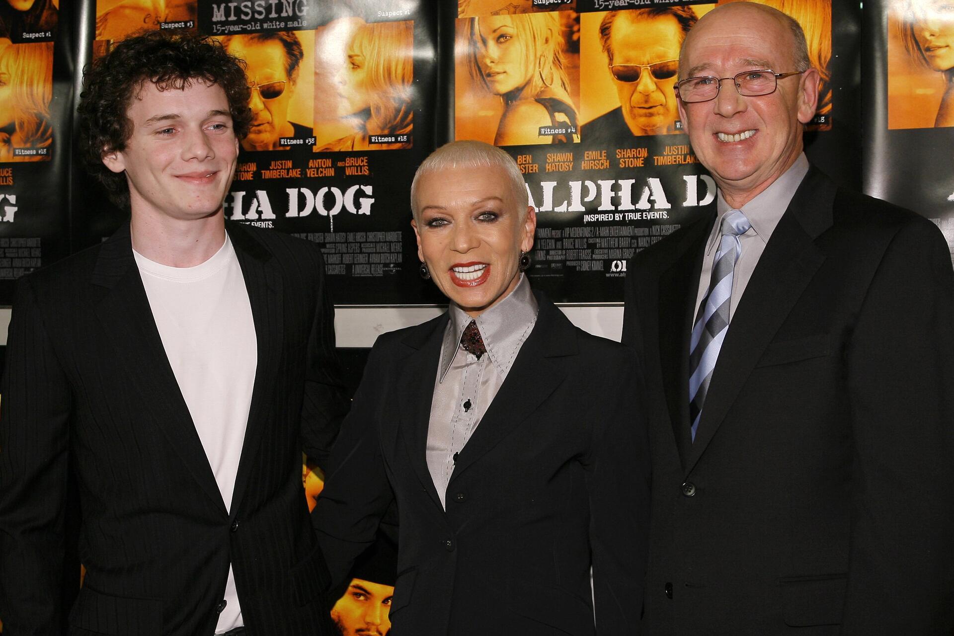 """Bild zu Anton Yelchin 2007 gemeinsam bei der """"Alpha Dog""""-Premiere mit seinen Eltern Irina und Victor"""