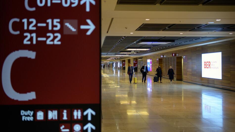 Erste Starts vom neuen Flughafen Berlin Brandenburg Willy Brandt