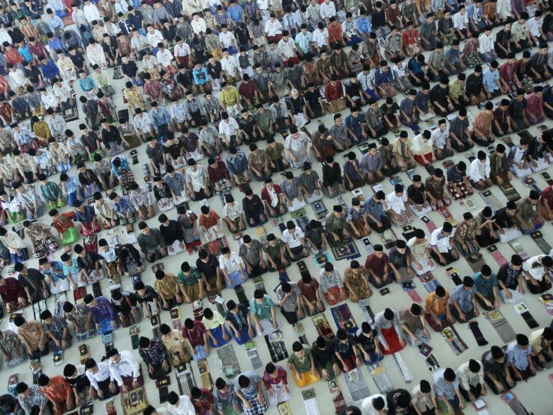 Bild zu Muslime beten zu Beginn des Ramadan