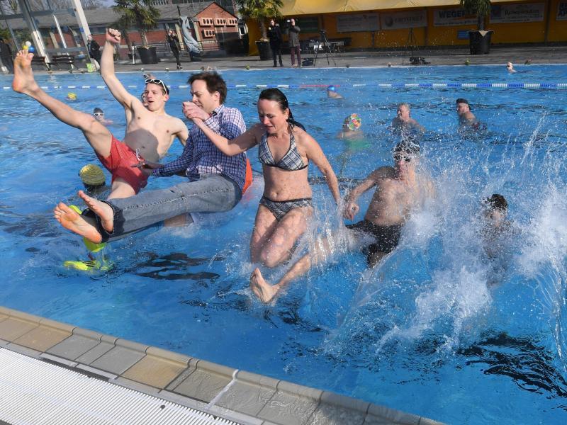 Bild zu Menschen springen ins Wasser