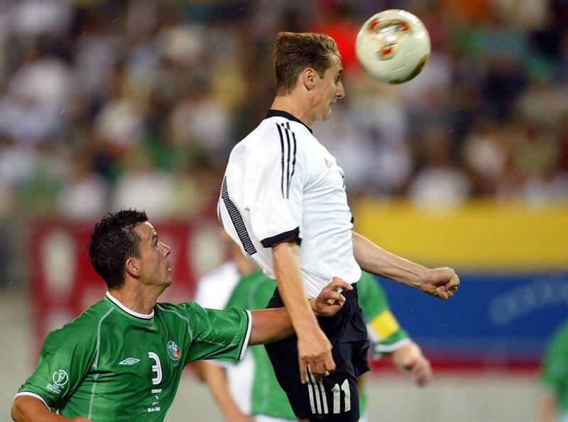 Bild zu WM 2002: Partie gegen Irland - Miroslav Klose schießt ein Tor
