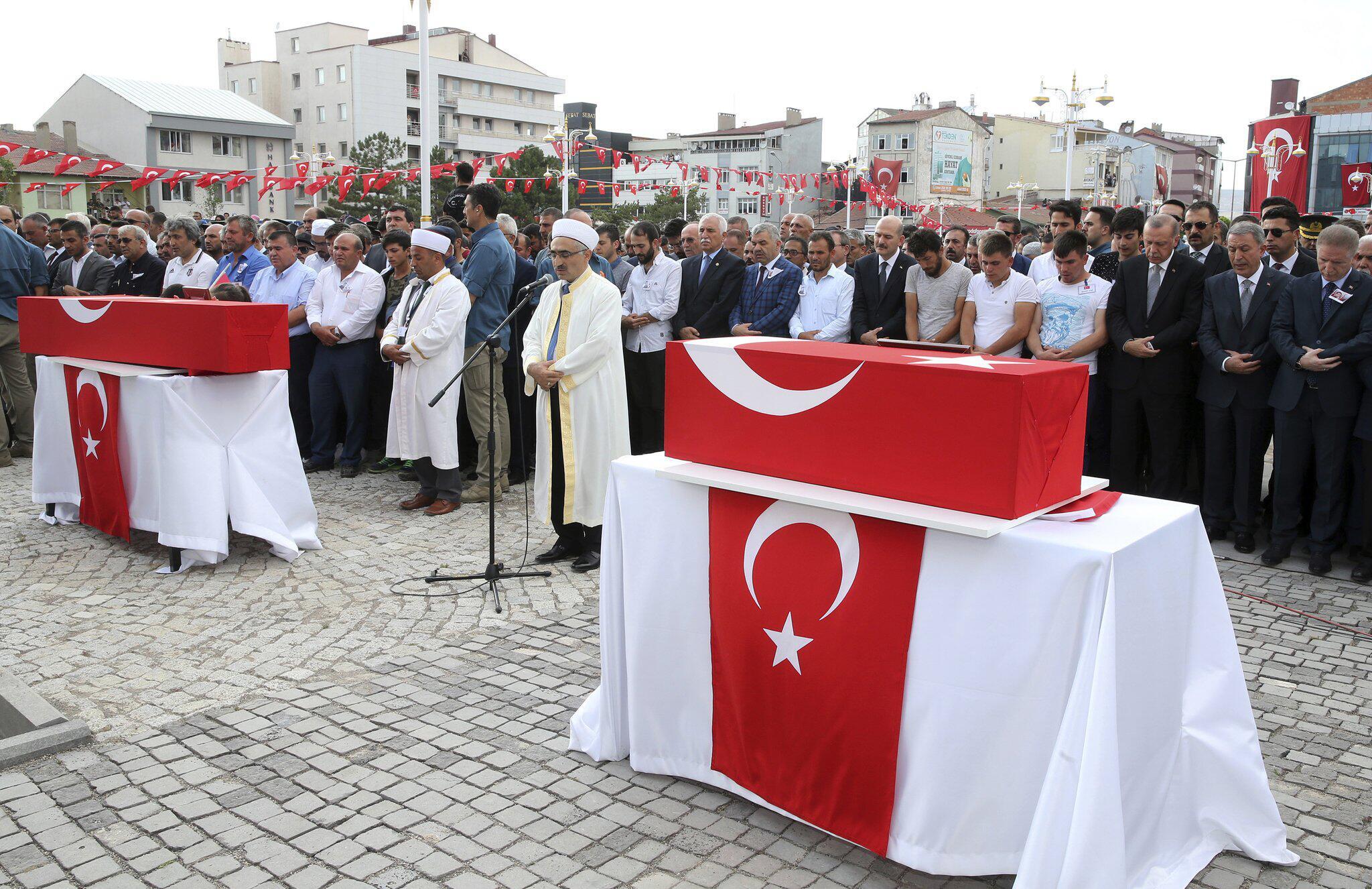 Bild zu Erdogan besucht Trauerfeier nach Bombenanschlag