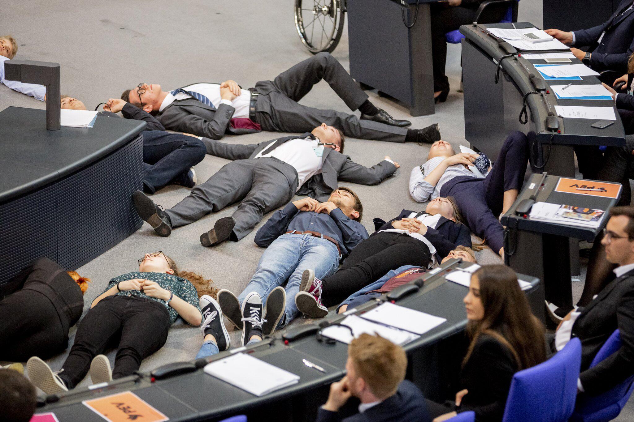 Bild zu Protestaktion von Fridays For Future im Bundestag