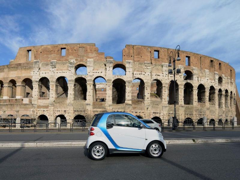 Bild zu Auto vor dem Kolosseum