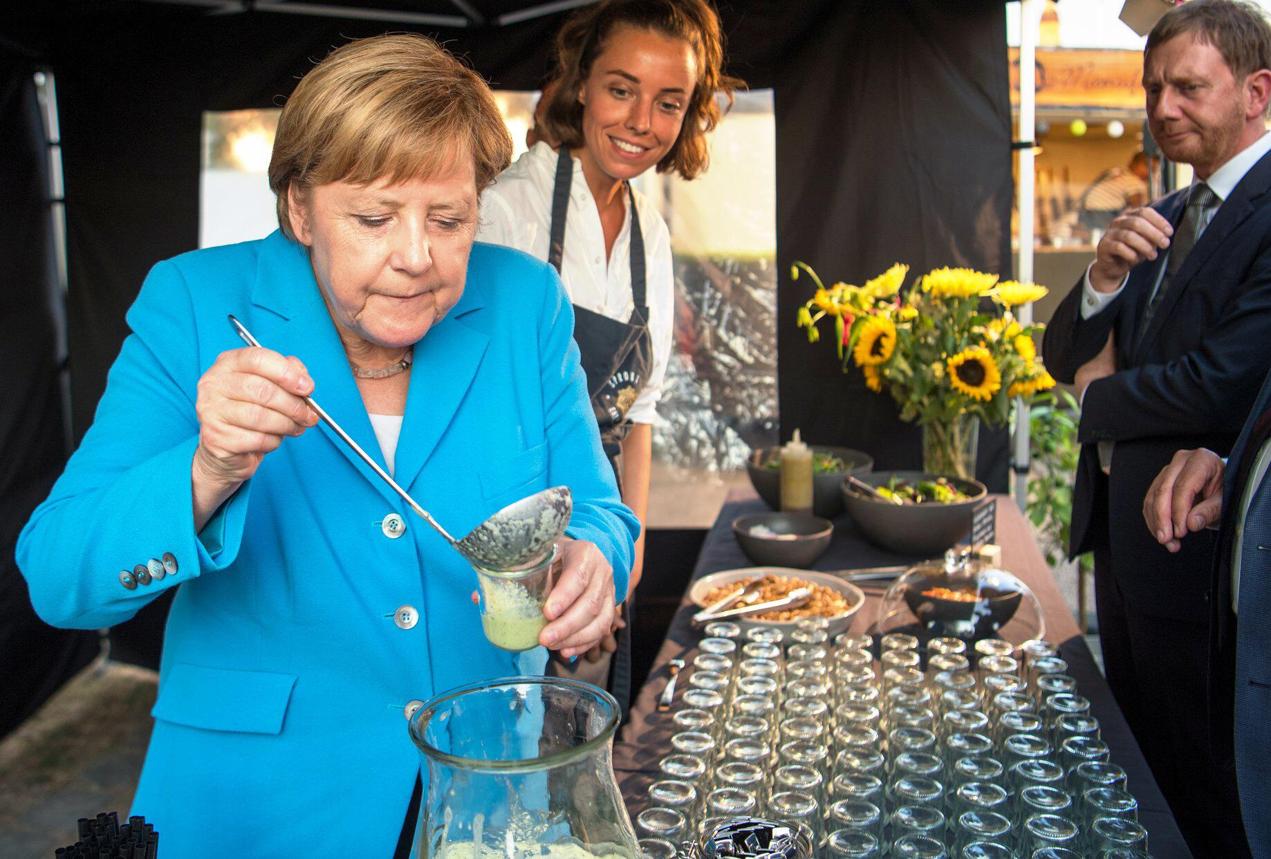 Bild zu Merkel attends Saxon CDU parliamentary group party in Dresden