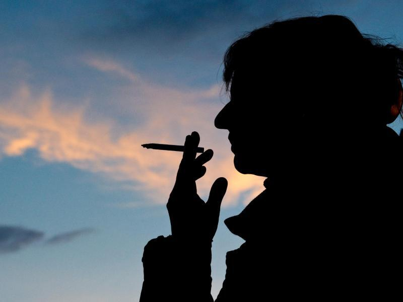 Bild zu Raucherin