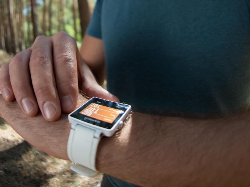 Bild zu Mann tippt auf Smartwatch