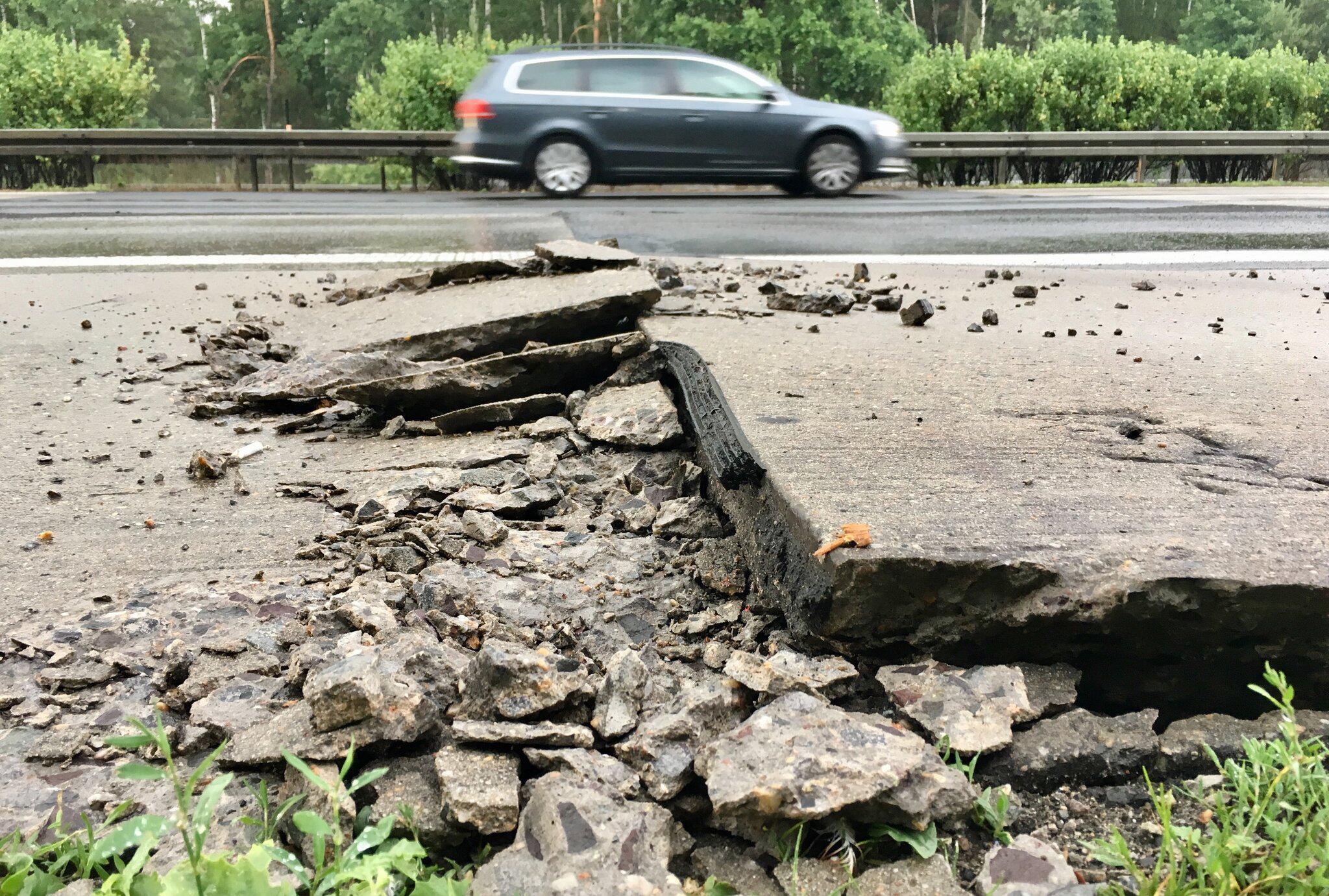 Bild zu Hitze beschädigt Betonplatten auf der Autobahn A10