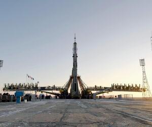 Sojus-Rakete wird für den Start vorbereitet