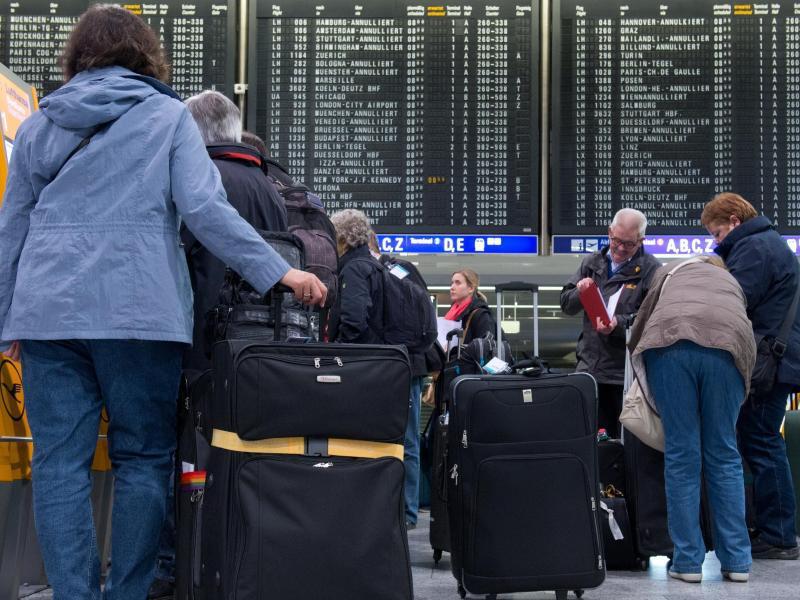 Bild zu Menschen warten am Flughafen