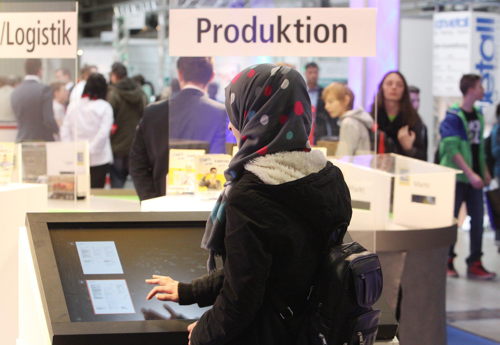 Bild zu Frau mit Kopftuch auf Berufemesse