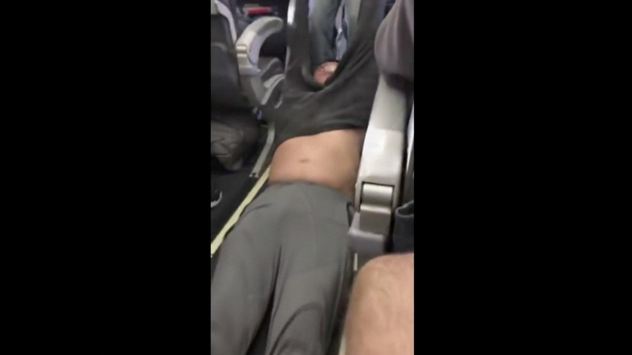 Bild zu Passagier nach Überbuchung gewaltsam aus Flugzeug gezerrt