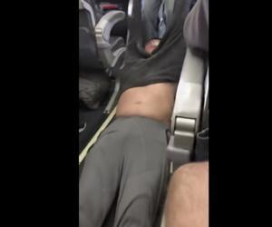 Passagier nach Überbuchung gewaltsam aus Flugzeug gezerrt