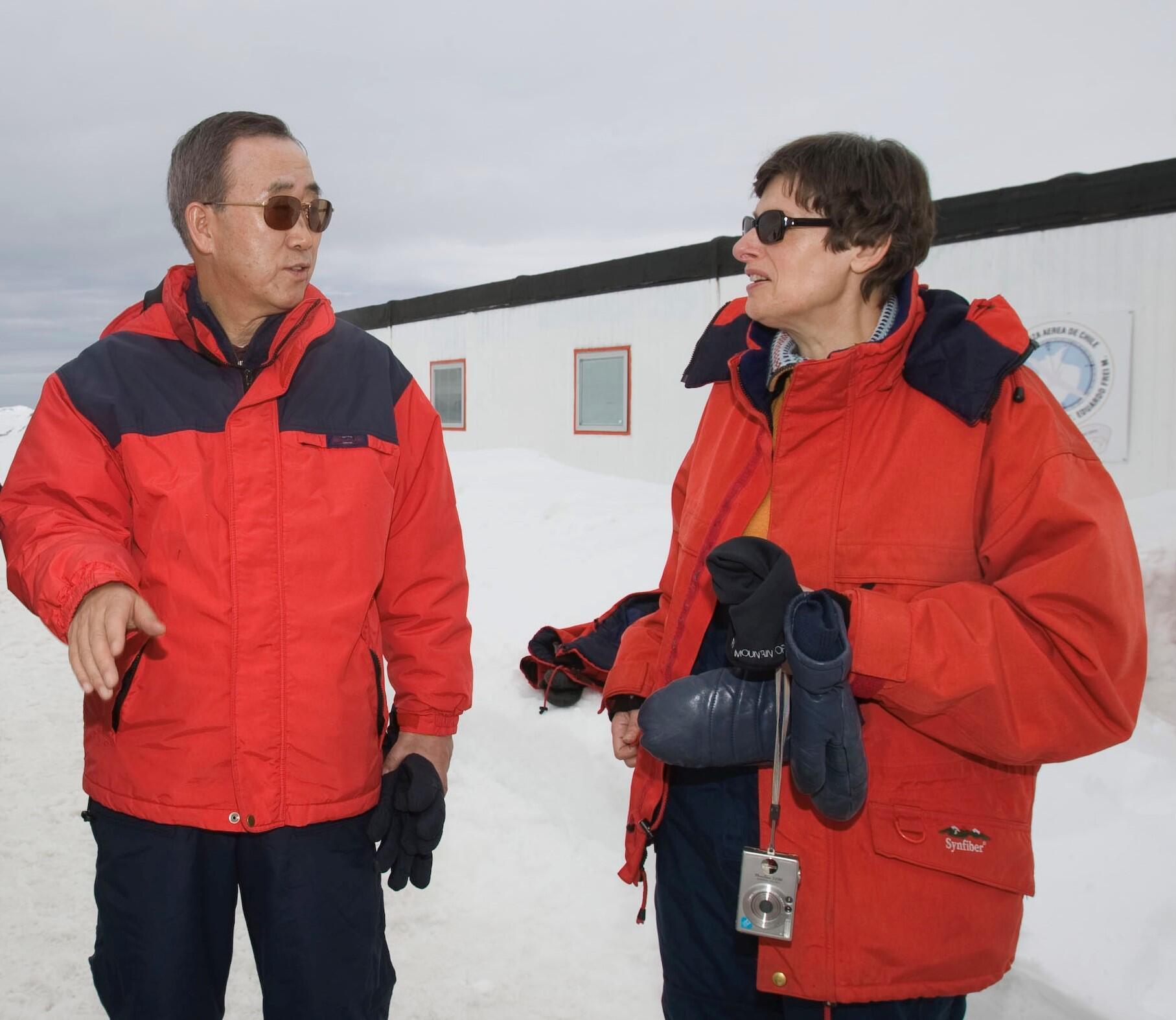 Bild zu Angela Kane mit Generalsekretär Ban Ki-moon in der Antarktis.