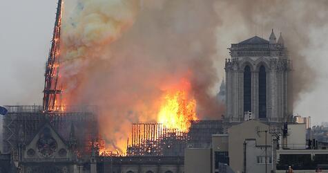 Pariser Kathedrale Notre-Dame steht in Flammen