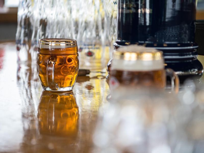 Bild zu Biergläser stehen auf einem Tresen
