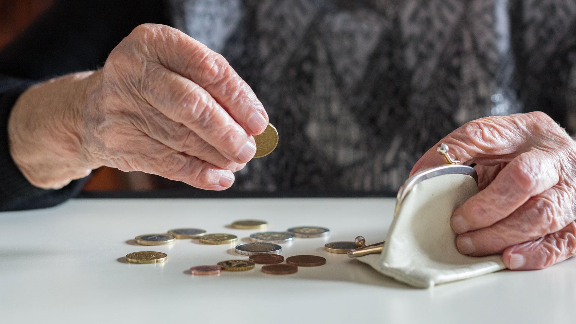 Bild zu Frau, alt, Rentner, Geld, Geldbörse, Portemonnaie, Rente