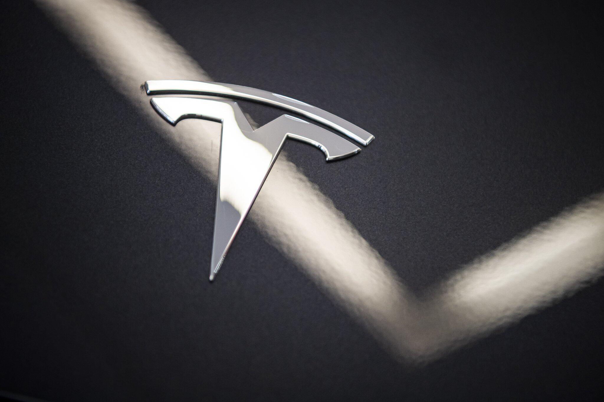 Bild zu Tesla erneut mit hohem Verlust - Aktie stürzt nachbörslich ab