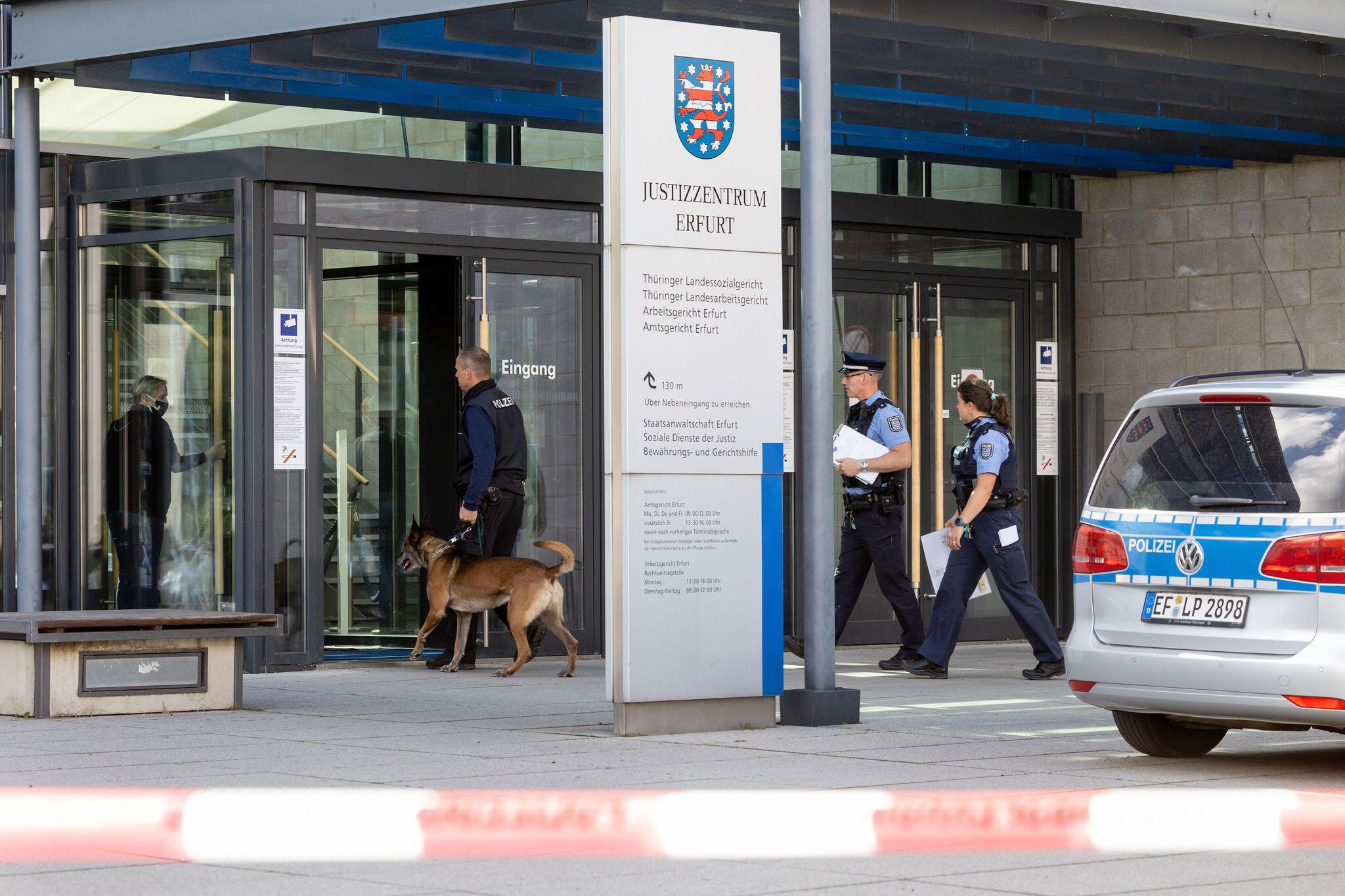 Bild zu Bombendrohung, Justizzentrum, Erfurt, Sprengstoffspürhund