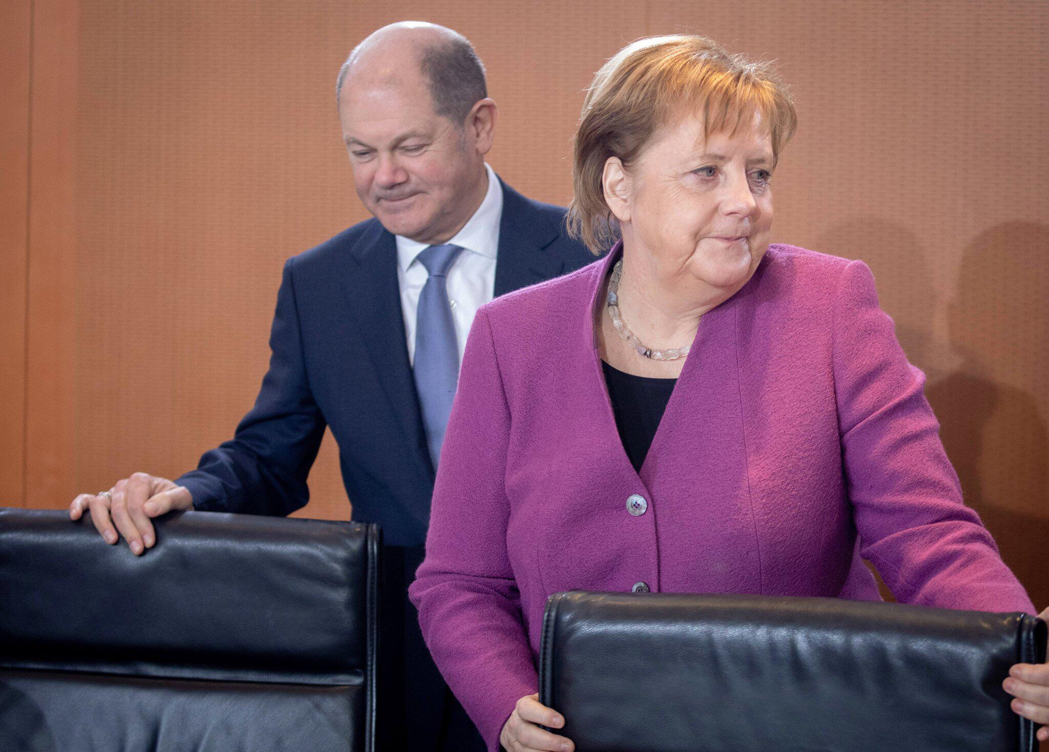 Bild zu Angela Merkel und Olaf Scholz