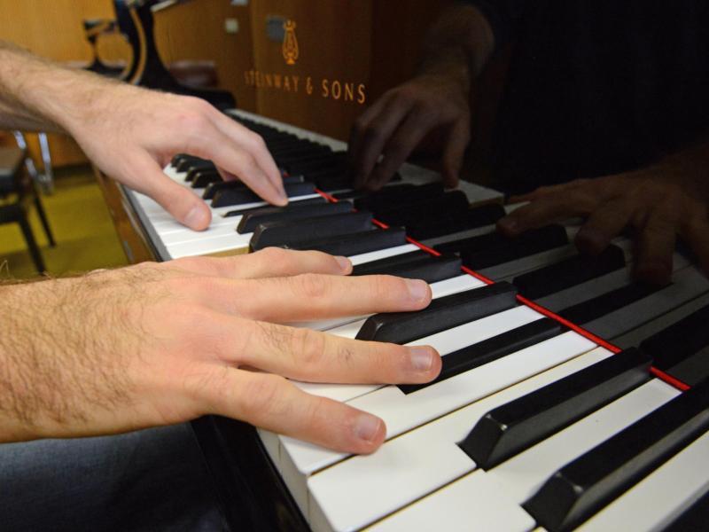 Bild zu Erwachsener spielt Klavier