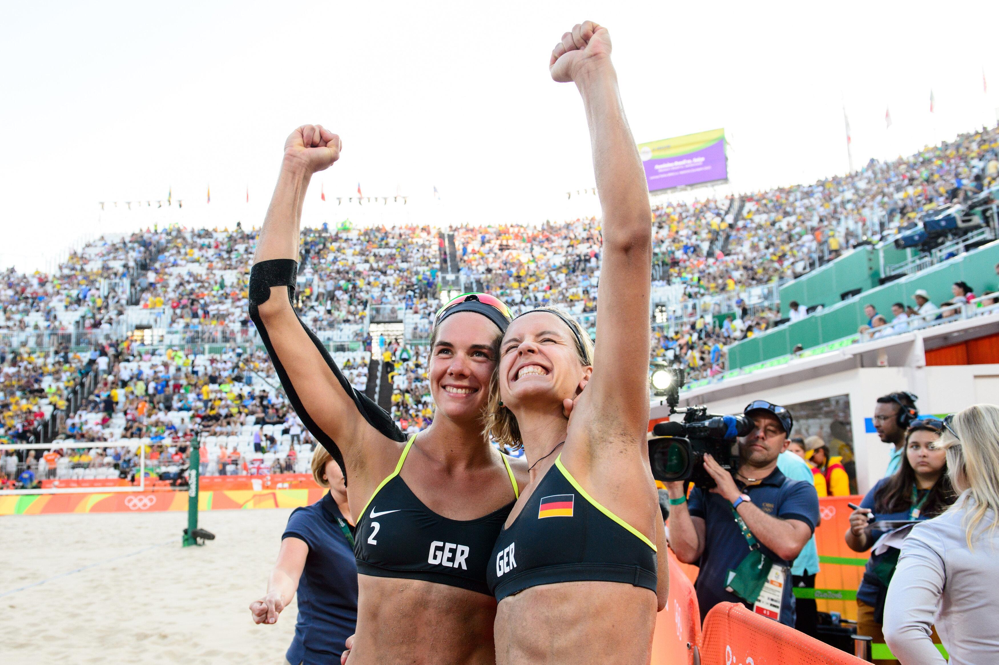 Bild zu Die deutschen Beachvolleyballerinnen Laura Ludwig und Kira Walkenhorst.