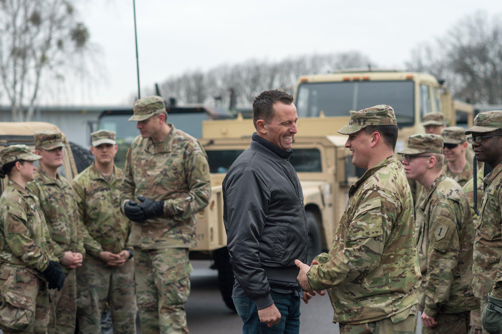 Bild zu Grenell besucht US-Soldaten in Burg