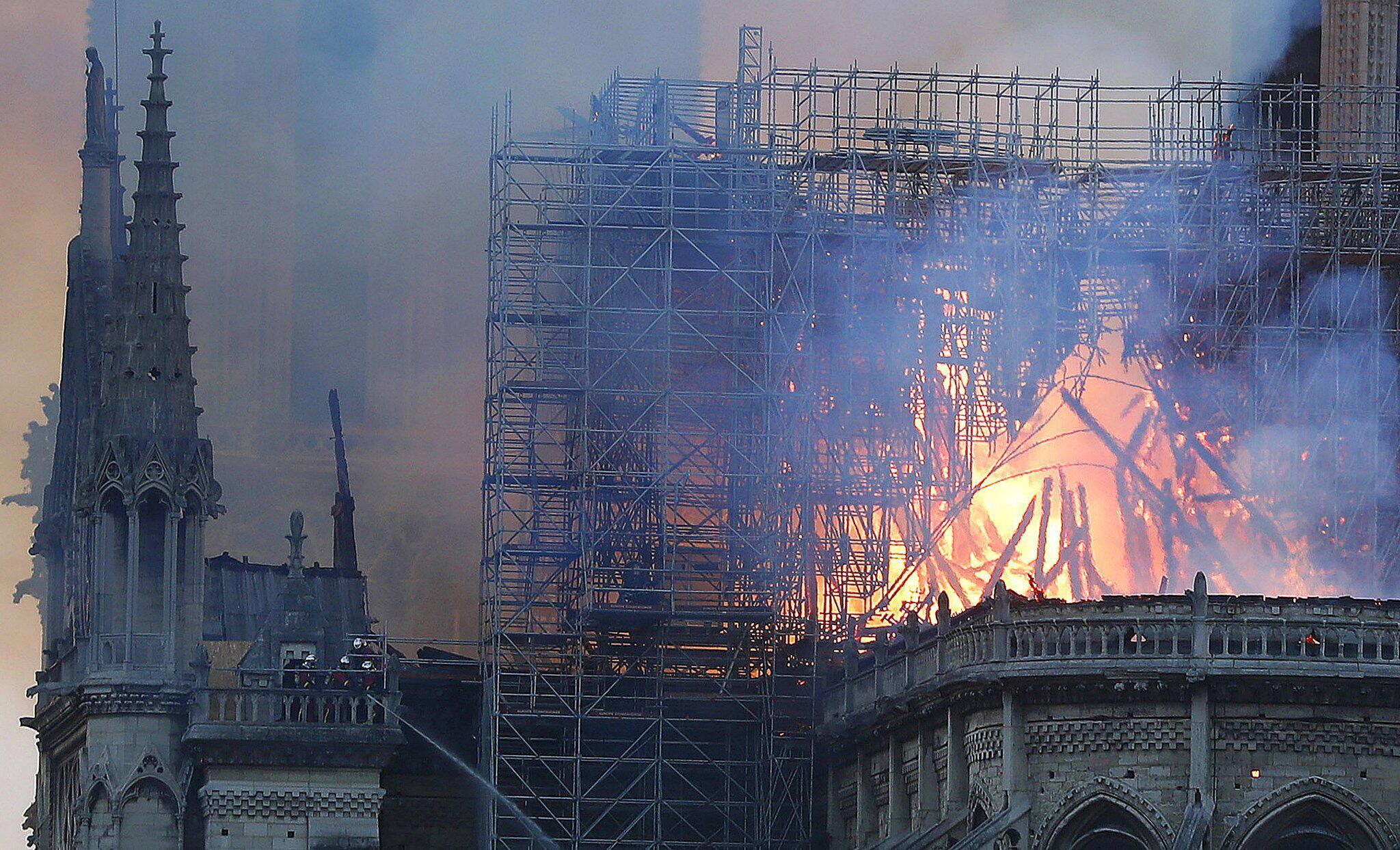 Bild zu Pariser Kathedrale Notre-Dame steht in Flammen