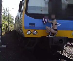Frau auf Zug