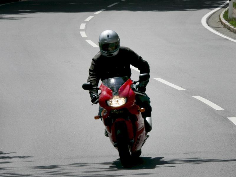 Bild zu Motorradfahrer unterwegs