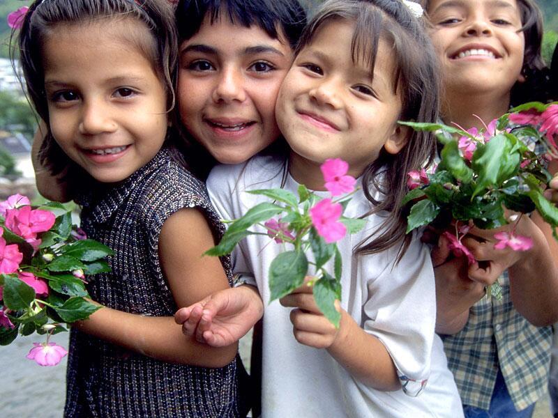 Bild zu Kinder mit Blumen