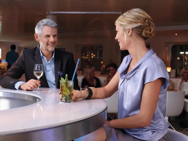 Bild zu Ein Mann und eine Frau an der Bar