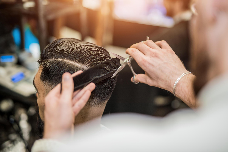 Bild zu Wenn der Friseur Schaden anrichtet, kann es Schmerzengeld geben. (Symbolbild)