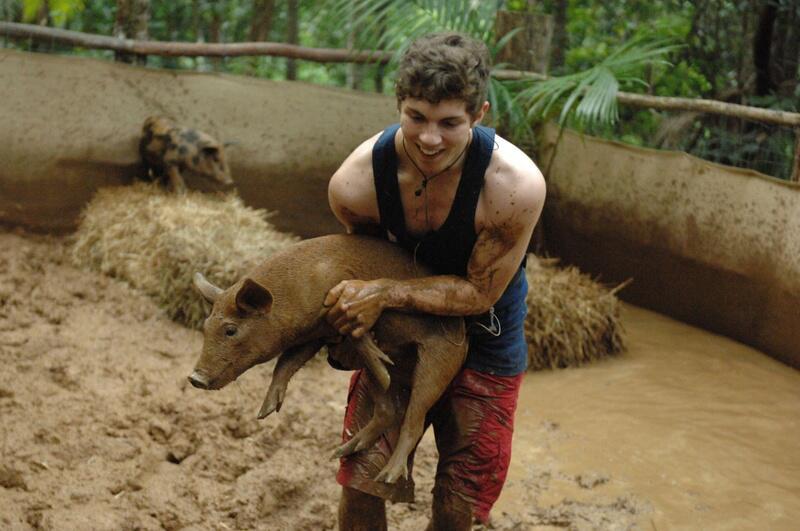 Bild zu Packt kräftig an: Joey beim Schweinchen-Schrubben