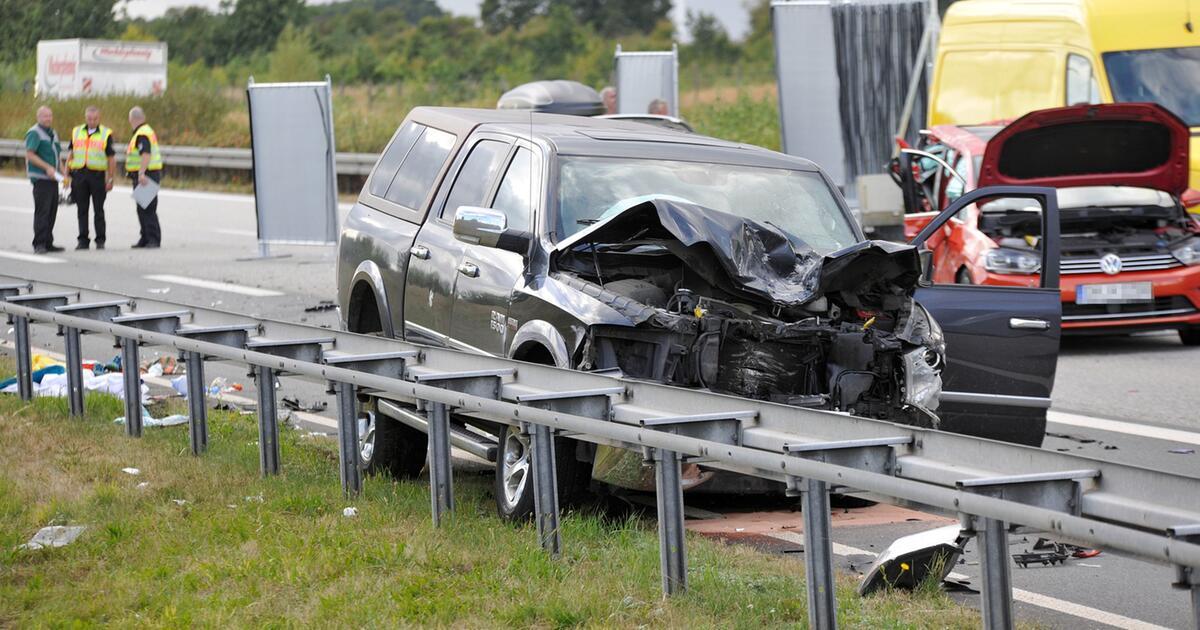 Schwerer Unfall auf A20 bei Rostock - Frau und Mädchen